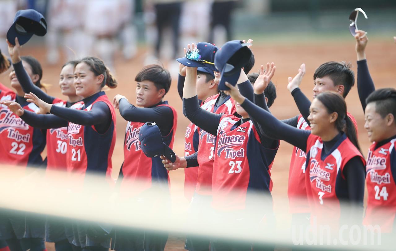 亞運女壘金牌戰,中華隊獲得銀牌,向民眾揮手致意。特派記者陳正興/雅加達攝影