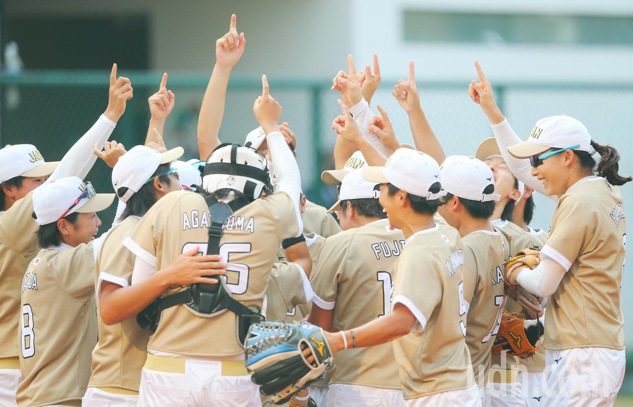 亞運女壘金牌戰,日本拿下金牌,球員們在場上歡呼。特派記者陳正興/雅加達攝影