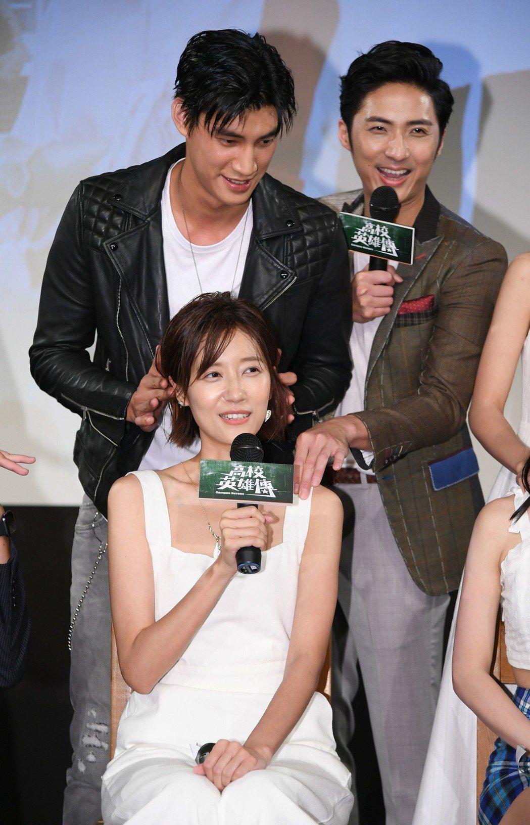 羅宏正為劉宇菁進行耳朵按摩,覺得超害羞。圖/三立提供