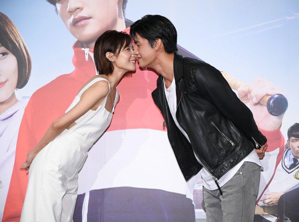 羅宏正(右)、劉宇菁演出「高校英雄傳」外型登對。圖/三立提供