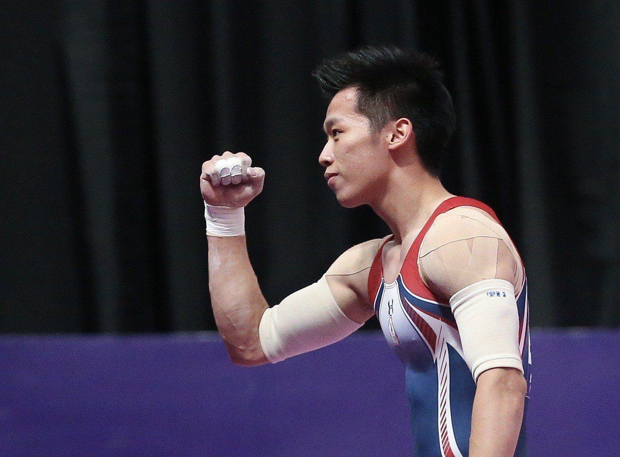 李智凱雙槓決賽落地後,振臂為自己慶賀。特派記者余承翰/雅加達攝影