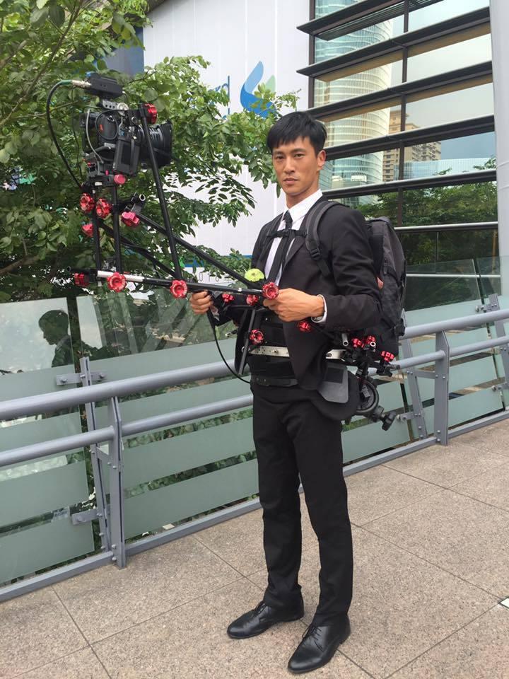 鍾承翰背著20公斤重的攝影機器拍戲。圖/群之噰提供