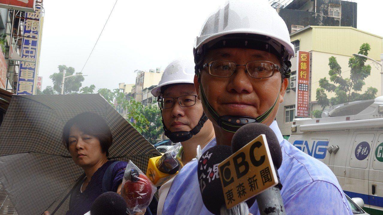 高市府秘書長趙建喬今下午會同勞動部、勞檢處到場勘查,在十五樓頂樓、十樓這兩個樓層...