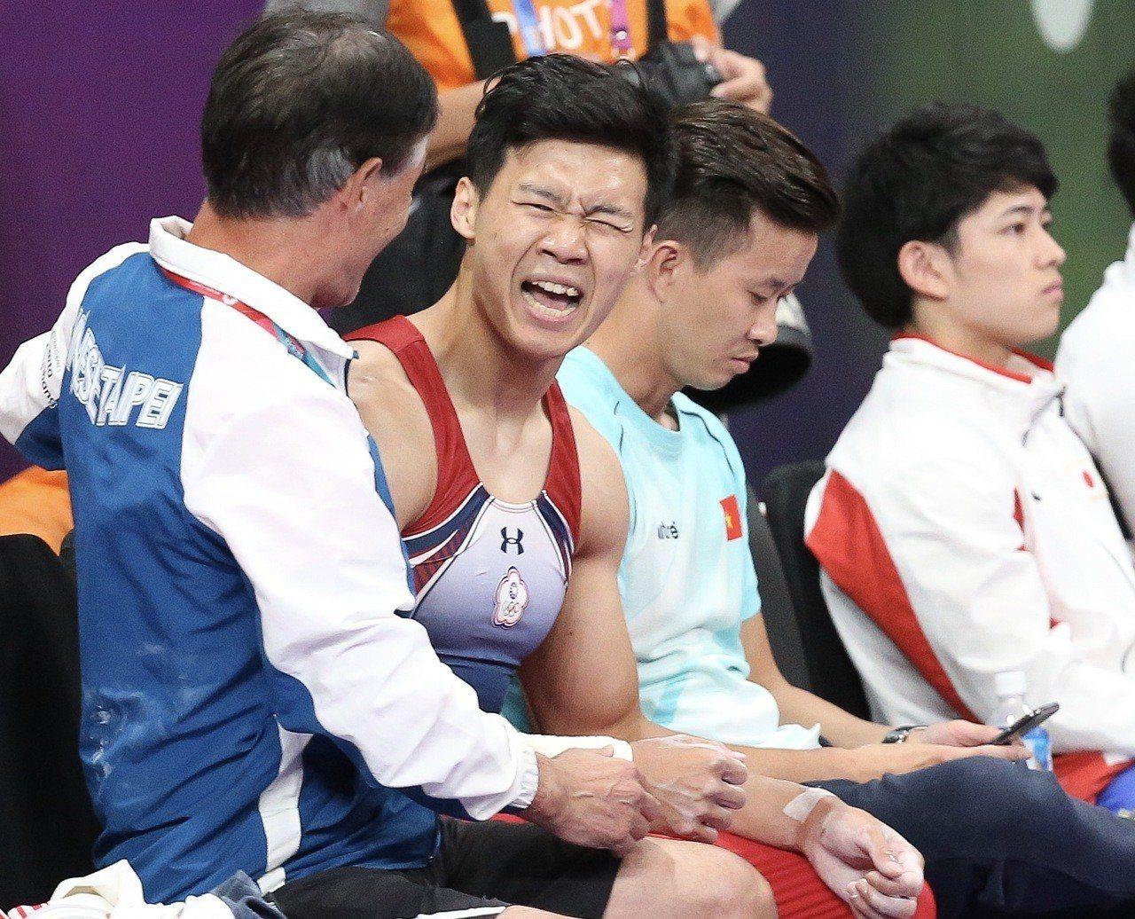 唐嘉鴻(左二)率先出賽後就和教頭浜田貞雄(左一)坐在場邊觀戰。特派記者余承翰/雅...