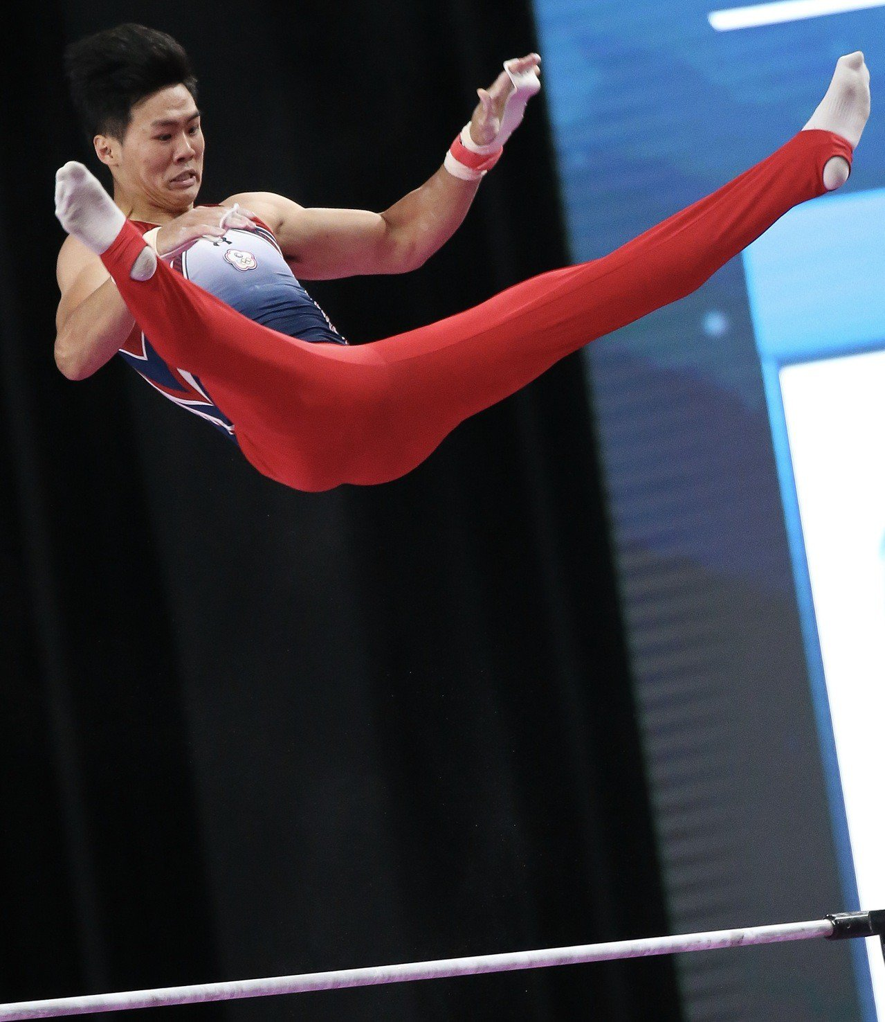 唐嘉鴻在男子單槓決賽演出多套騰躍動作。特派記者余承翰/雅加達攝影