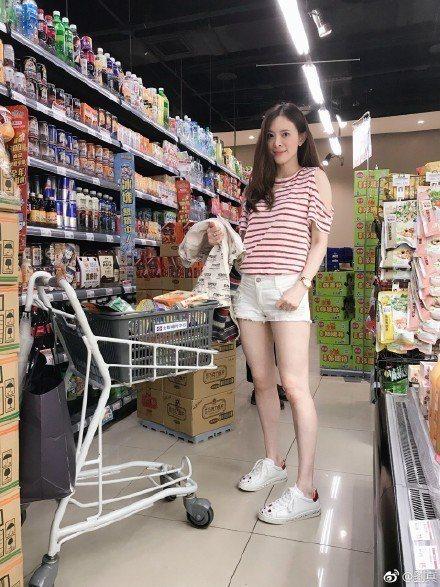 劉真以Rene Caovilla運動鞋和短褲穿出清新且青春的樣貌。圖/取自微博