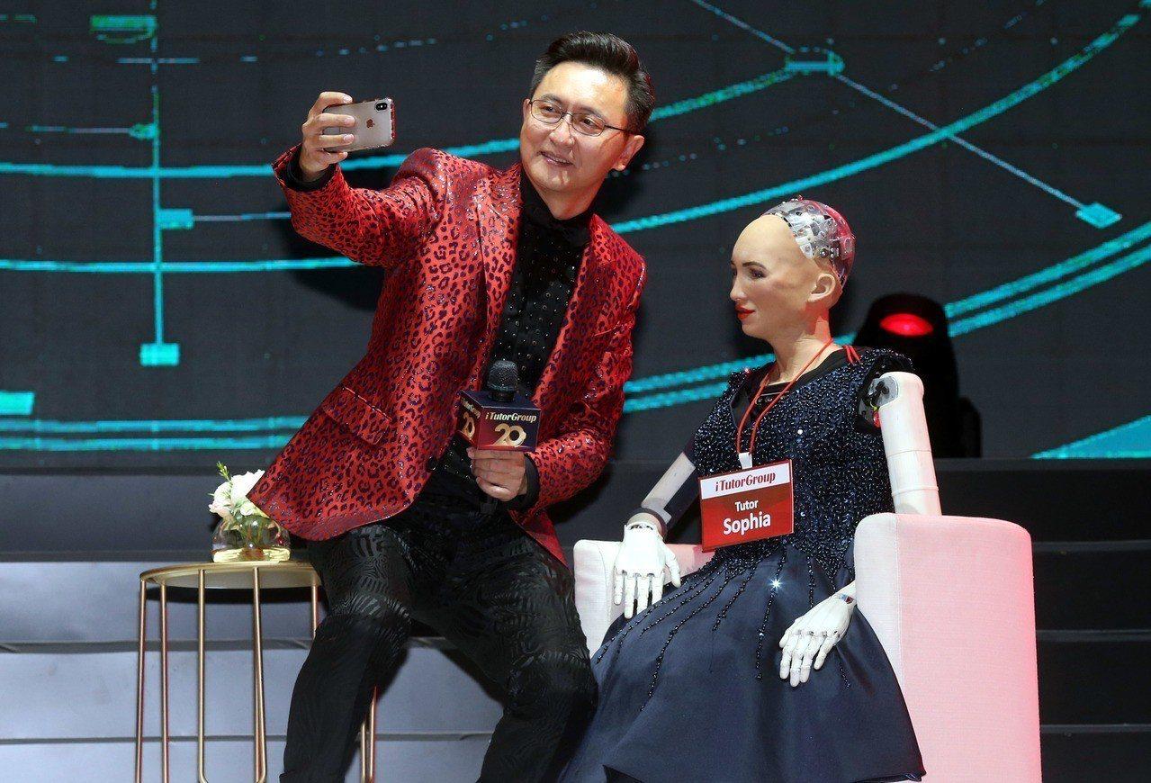 TutorABC董事長楊正大博士與全球首位公民AI機器人蘇菲亞自拍留念。記者林俊...