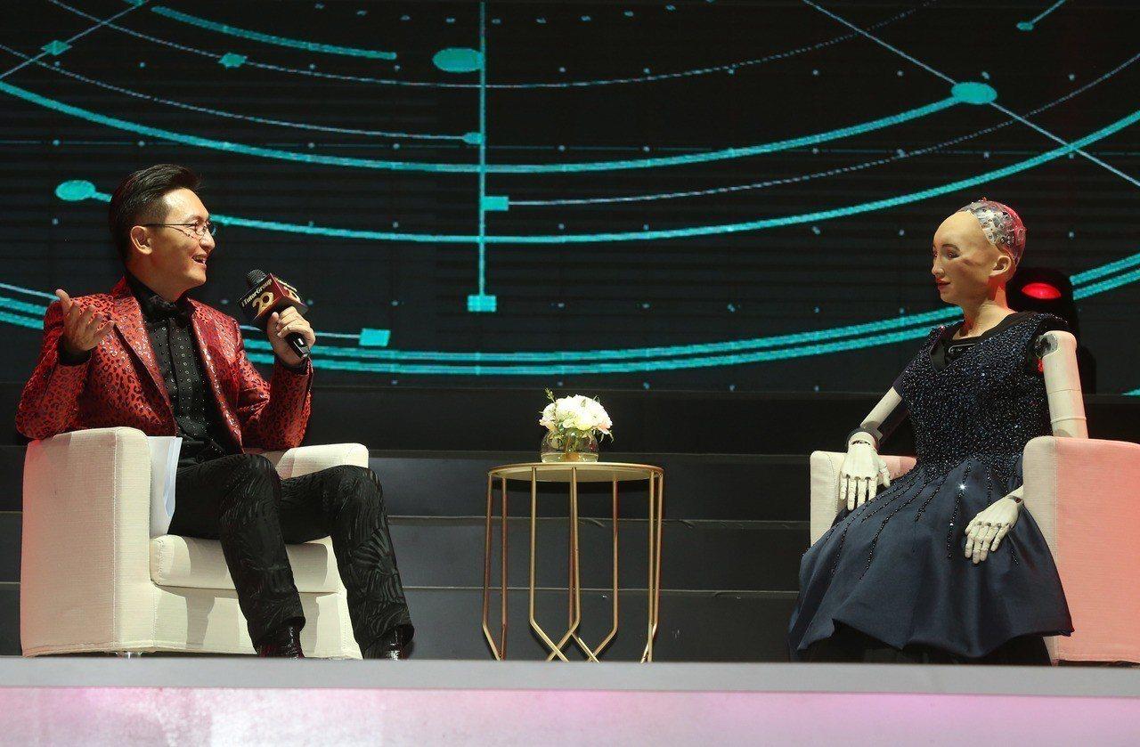 TutorABC董事長楊正大博士與全球首位公民AI機器人蘇菲亞現場對談未來AI教...
