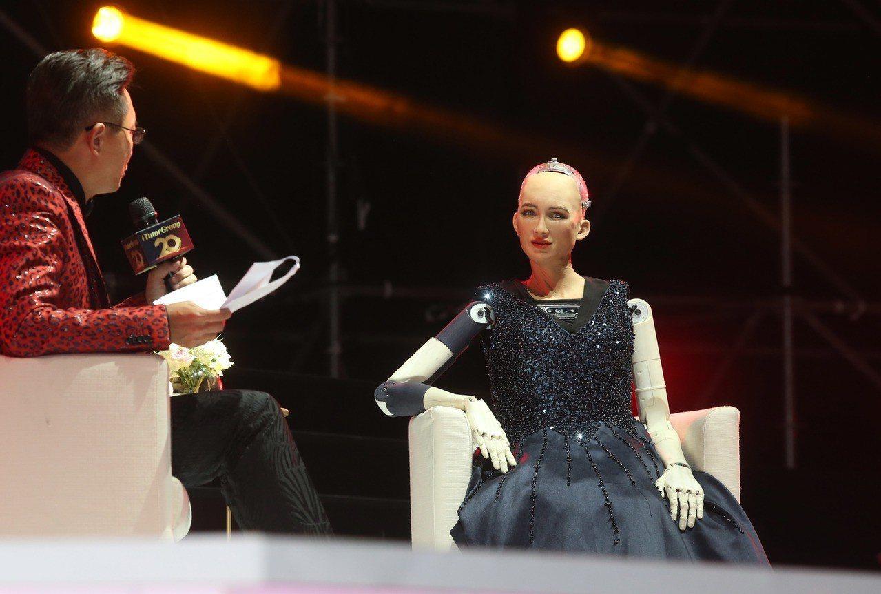 全球首位公民AI機器人蘇菲亞現身TutorABC 20周年盛典晚宴,並獲邀為Tu...