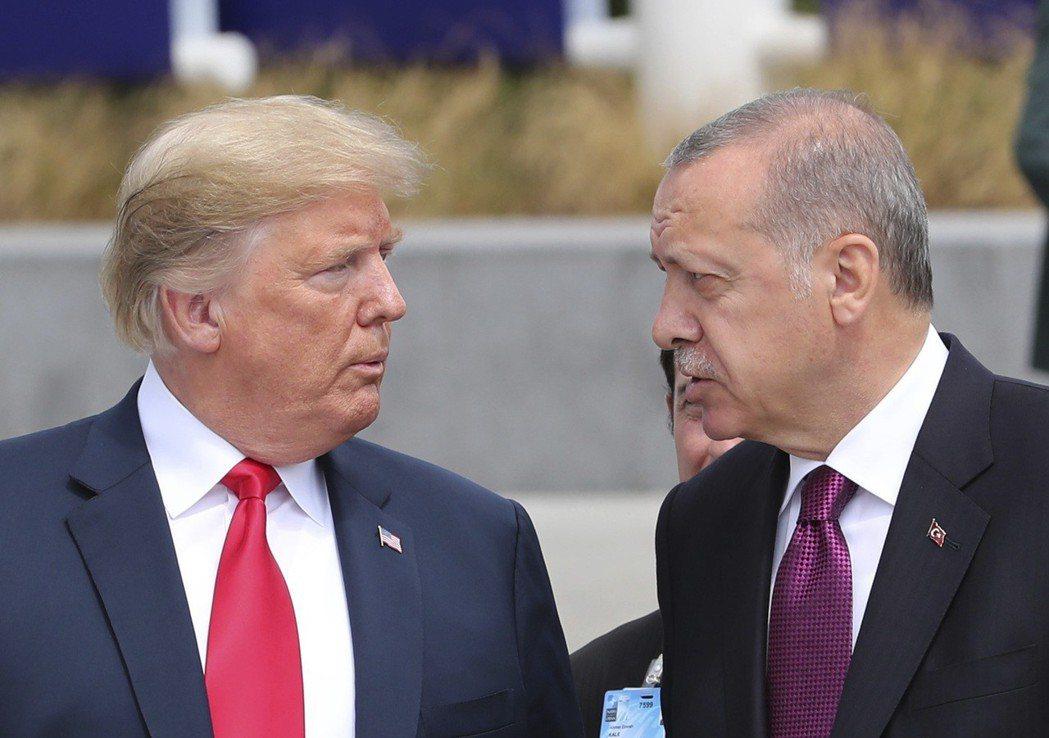 今年七月,美國總統川普(左)與土耳其總統厄多安(右)在比利時布魯塞爾參觀北約新總...