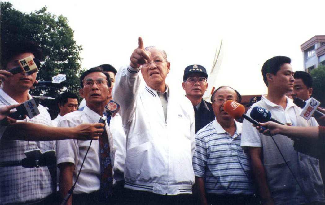 前總統李登輝多次搭乘直升機勘災,過程中曾發生意外事故。圖/聯合報系資料照片