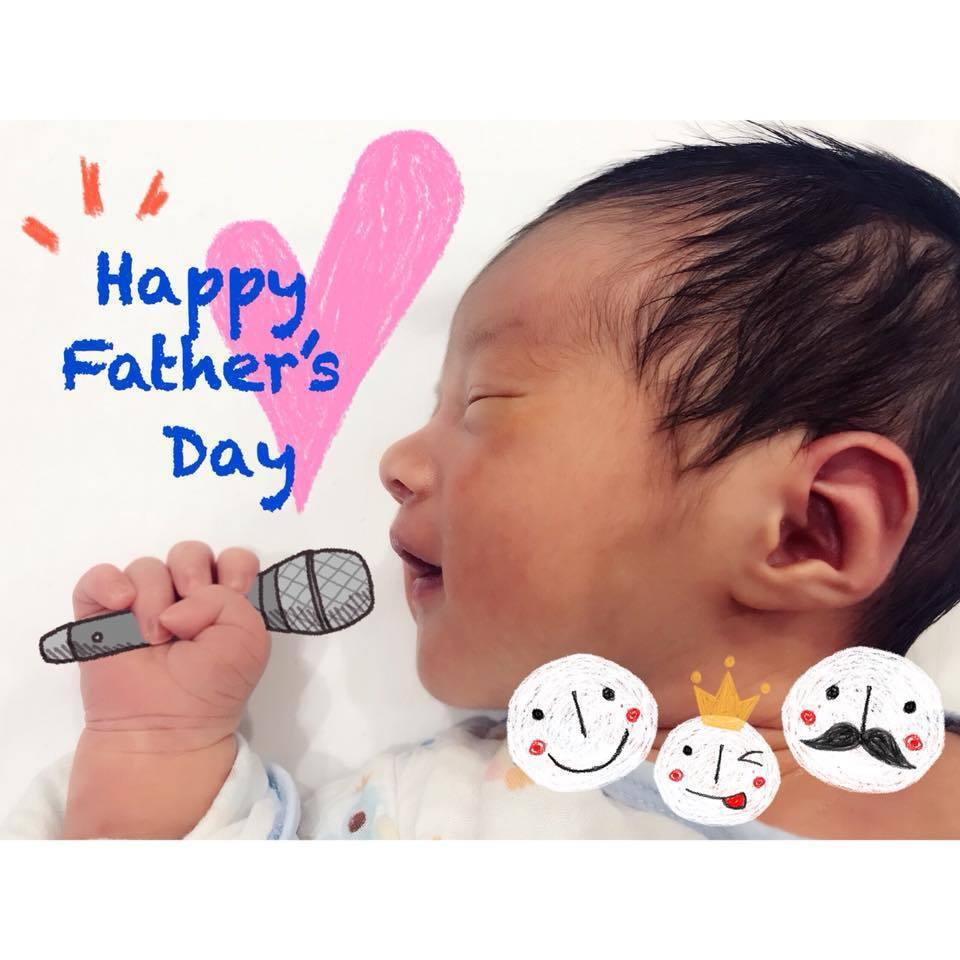 丁文琪日前在父親節PO出一張兒子超可愛的照片,只見「酷比」小手緊緊握住,像拿著麥...