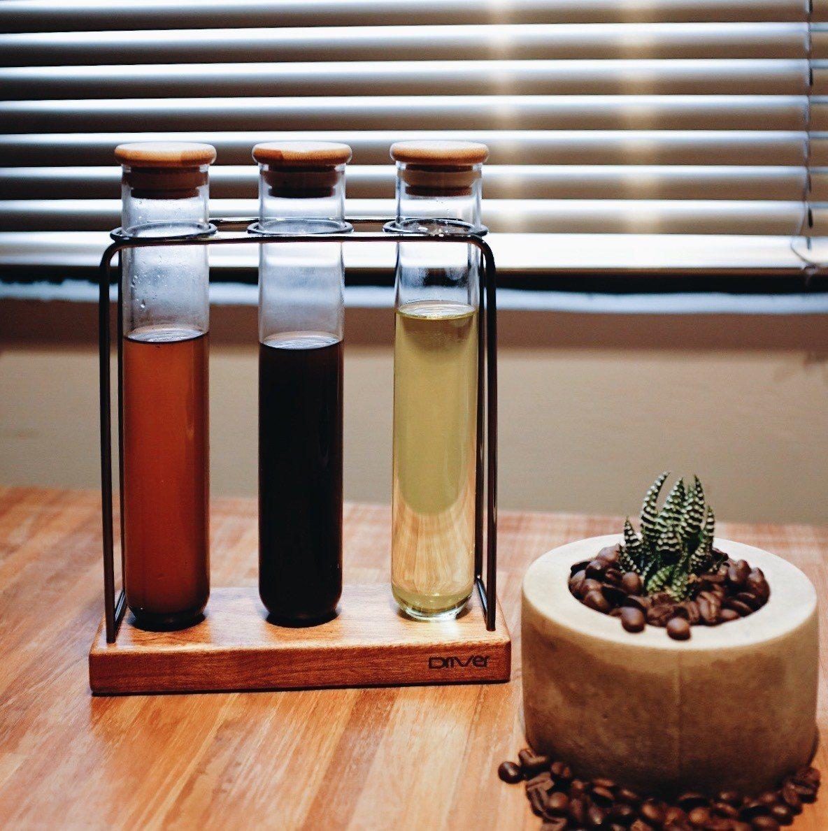 咖啡萃油從深褐色到幾近透明都有。記者沈佩臻/攝影