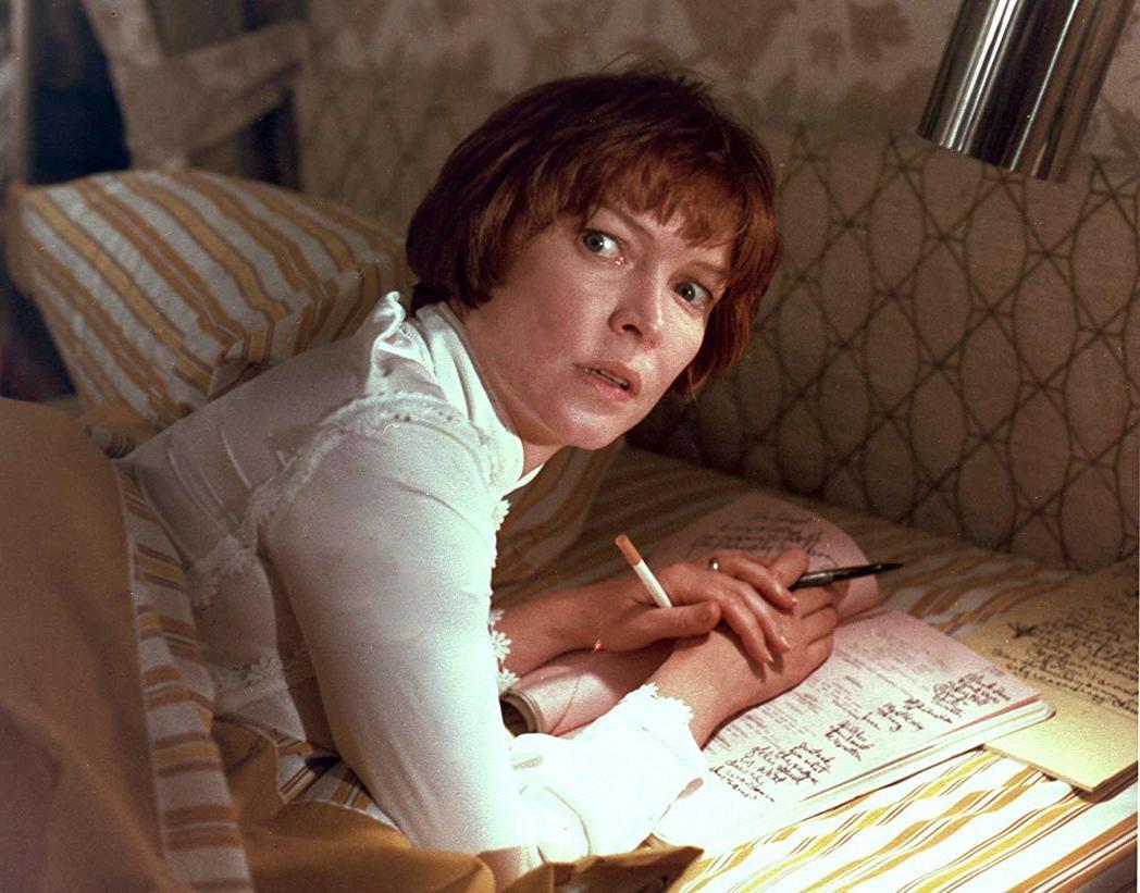 艾倫柏絲汀扮演忙於事業、無暇顧及女兒的影星媽媽。圖/摘自imdb