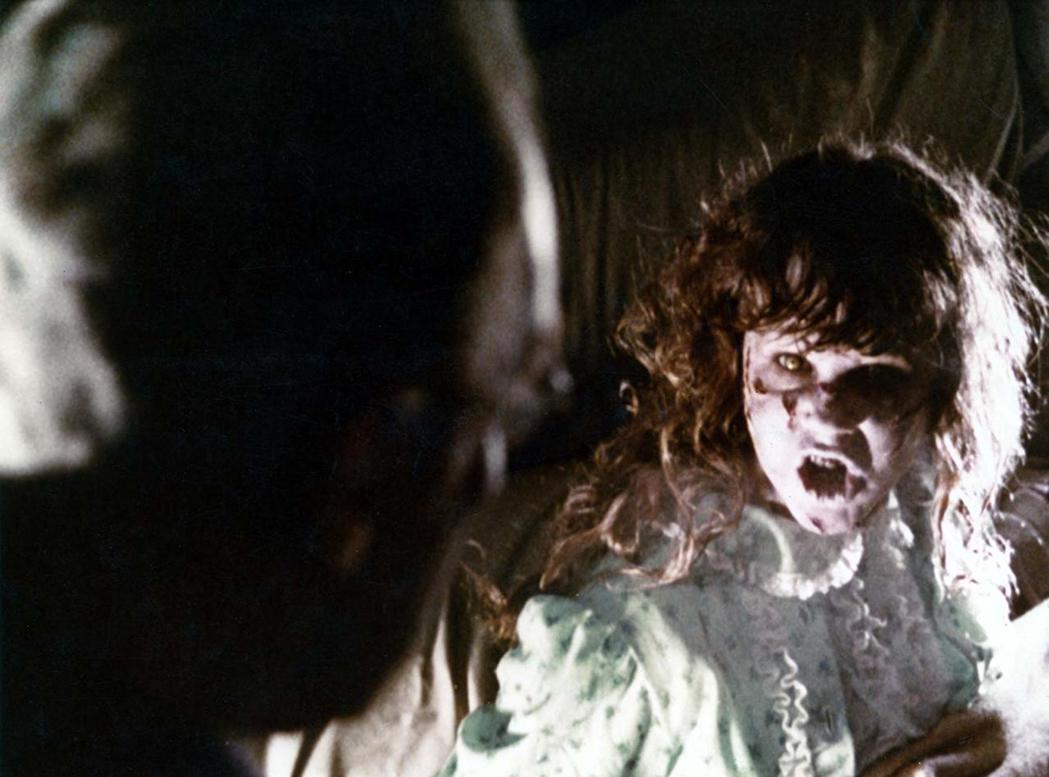 小女孩被邪魔附身,表情猙獰。圖/摘自imdb