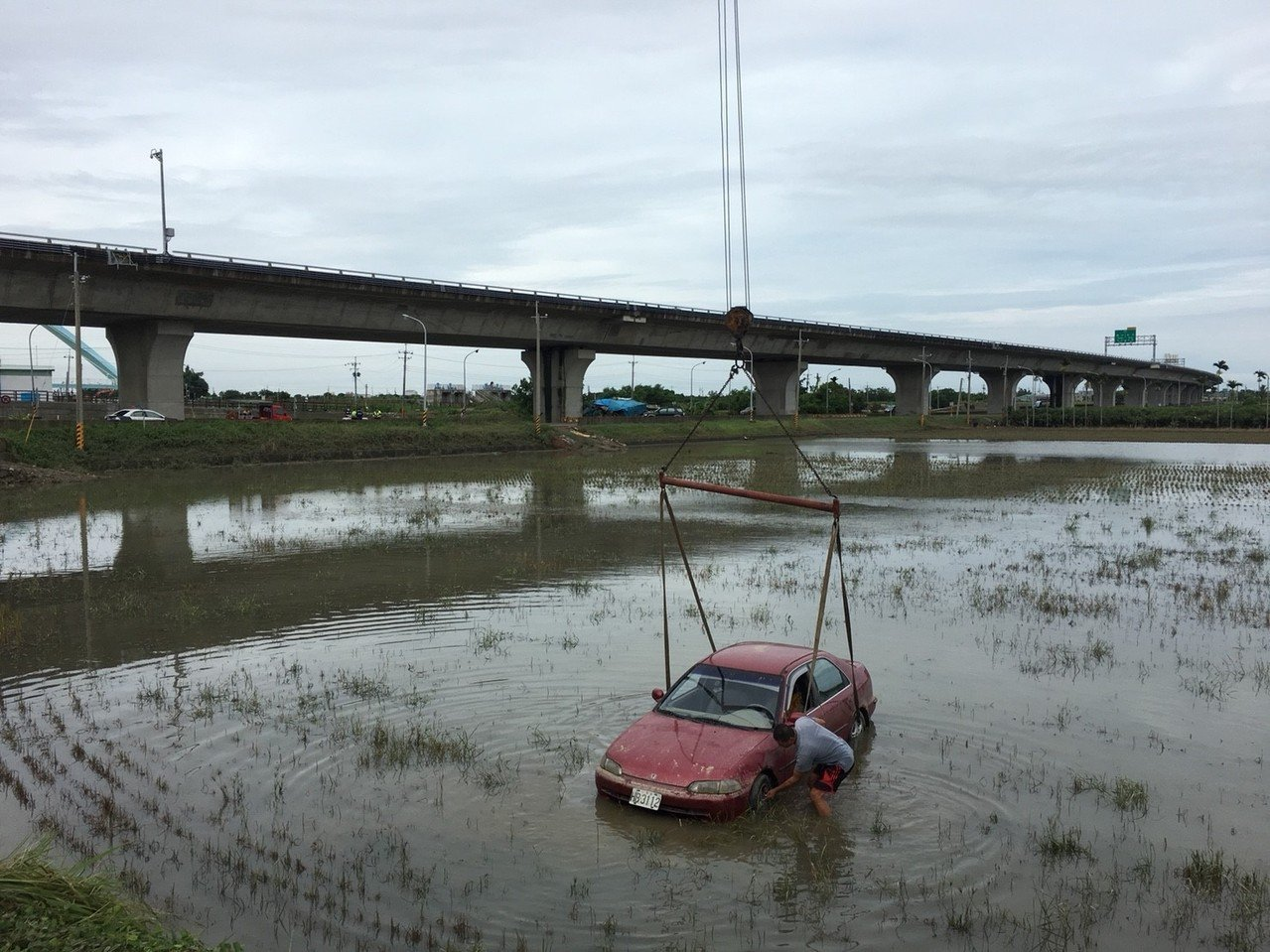 朴子市大葛里年約70歲呂姓農民,昨天早上7點多,開車冒大雨出門要去巡田,到82快...