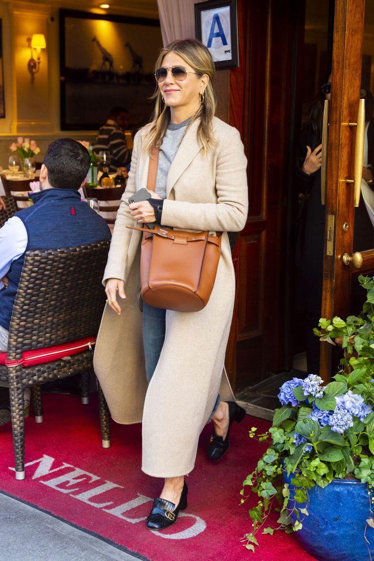 珍妮佛安妮斯頓背著Big Bag看來心情相當不錯。圖/CÉLINE提供
