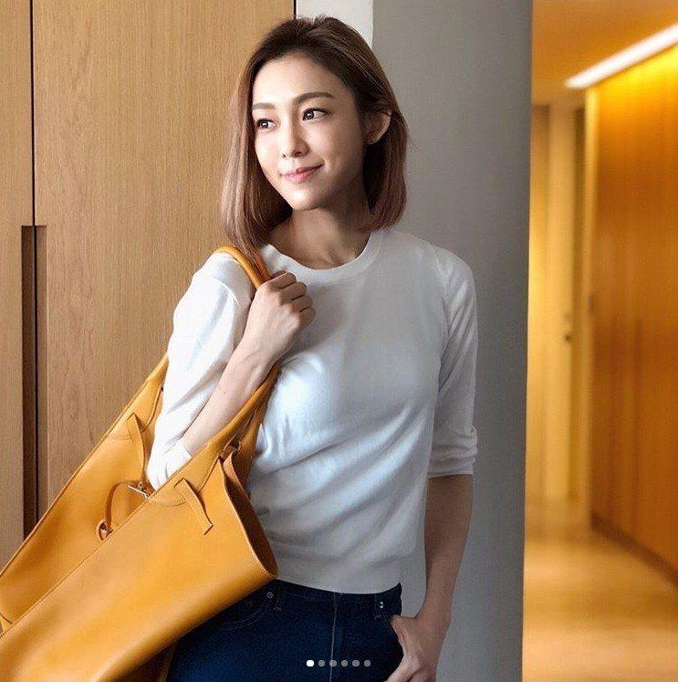 范范以甜美笑容、簡約穿搭背著Big Bag Bucket包款。圖/取自IG