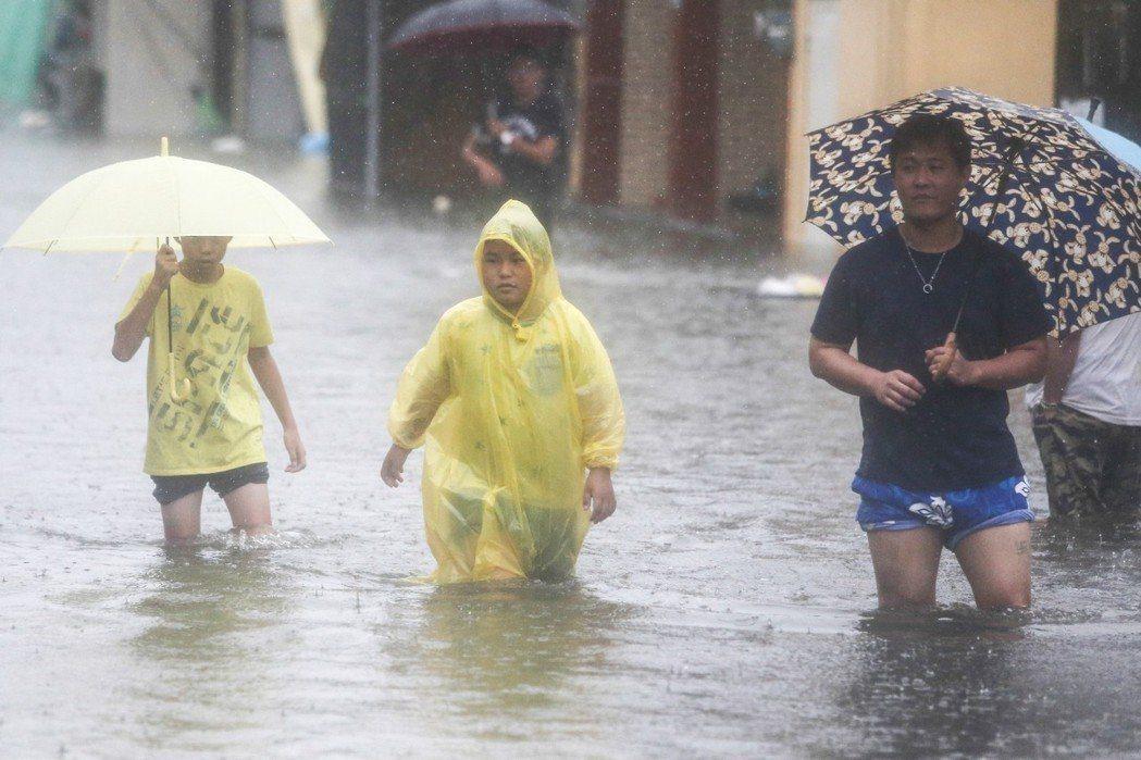 熱帶性低氣壓挾帶暴雨狂襲中南部,到處都成汪洋一片,淹水地區民眾切勿「赤手空拳」清...
