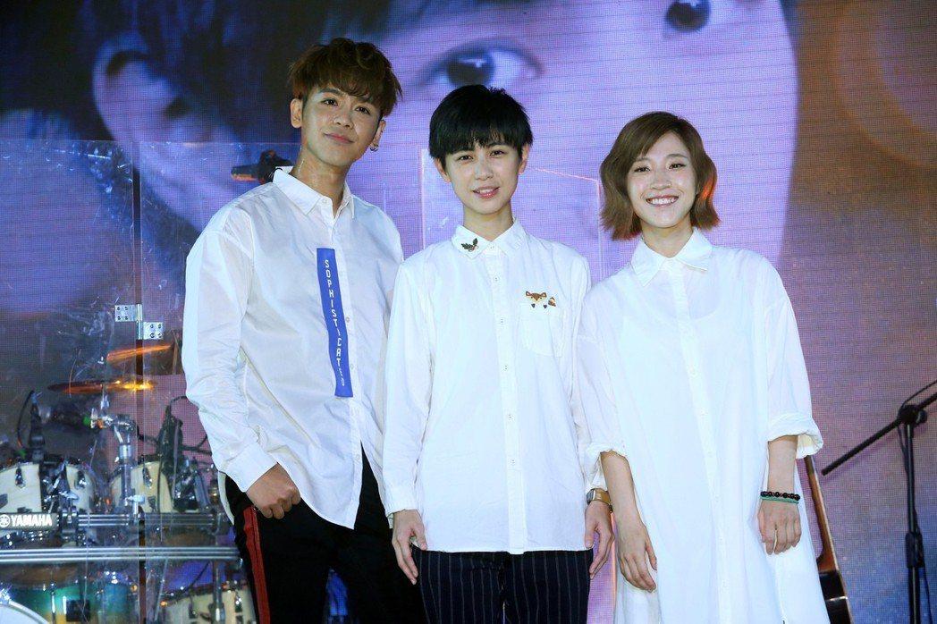 魏嘉瑩25日在華山Legacy舉辦首場個人演唱會,請來嘉賓鼓鼓(左)和小球(右)...