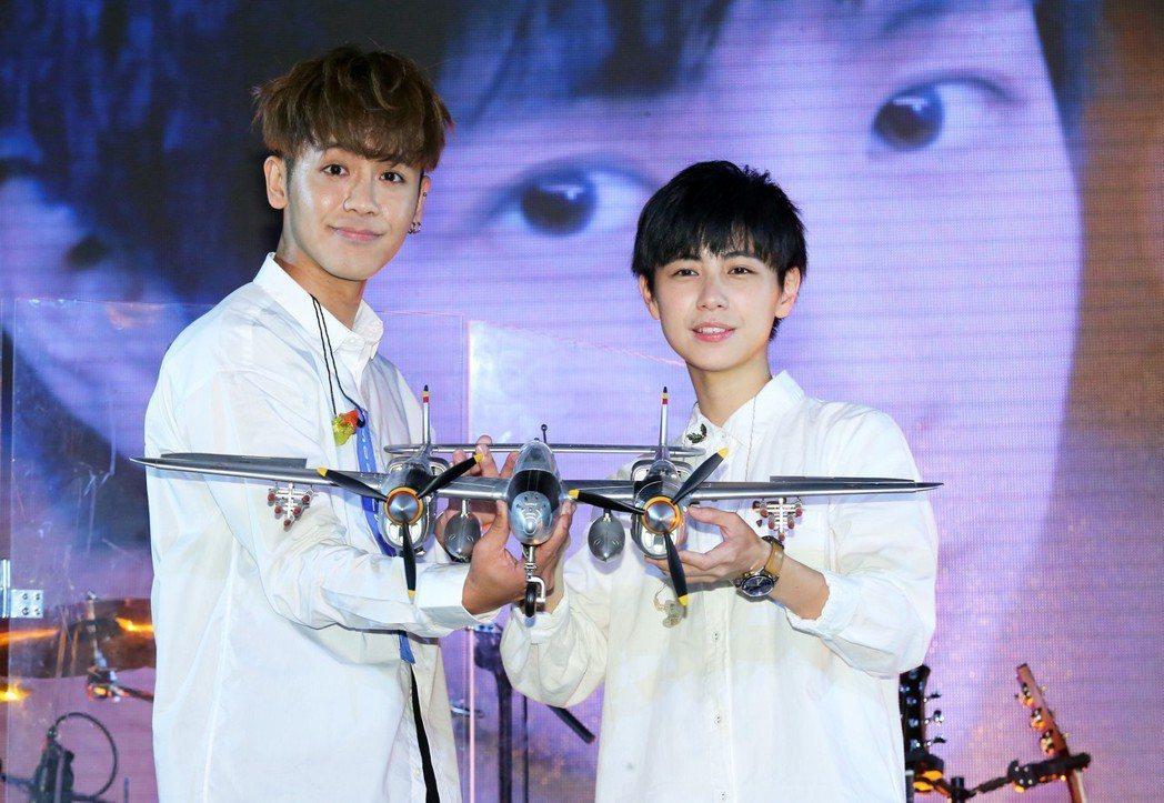 魏嘉瑩25日在華山Legacy舉辦首場個人演唱會,鼓鼓(左)送上飛機模型祝她表現...