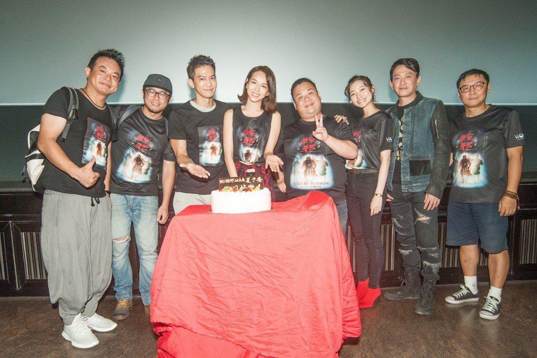 在中元節「粽邪」千人試膽場上,劇組人員為夏于喬(左4)慶生。圖/華影國際提供