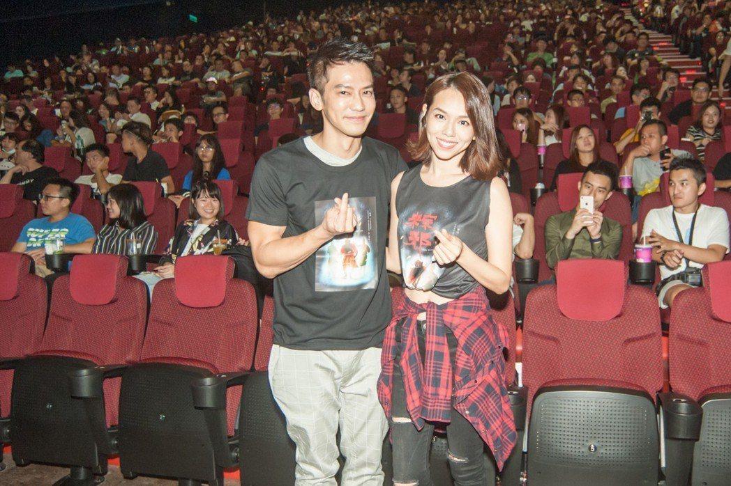 鄒承恩(左)與夏于喬(右)出席中元節「粽邪」千人試膽場。圖/華影國際提供