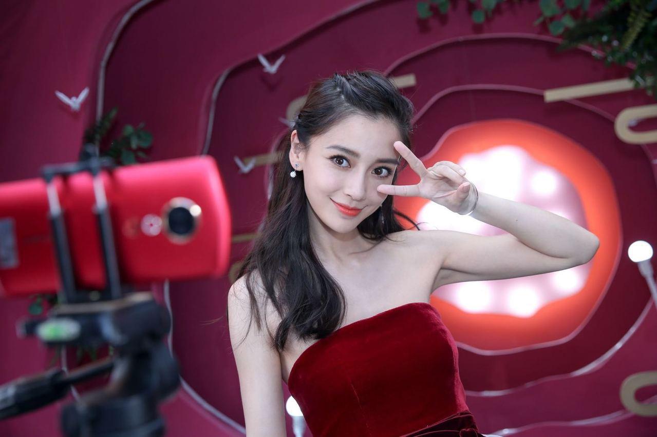 今年6月底在北京舉辦的美圖T9發表會,首席顏值官Angelababy甜美亮相。圖...