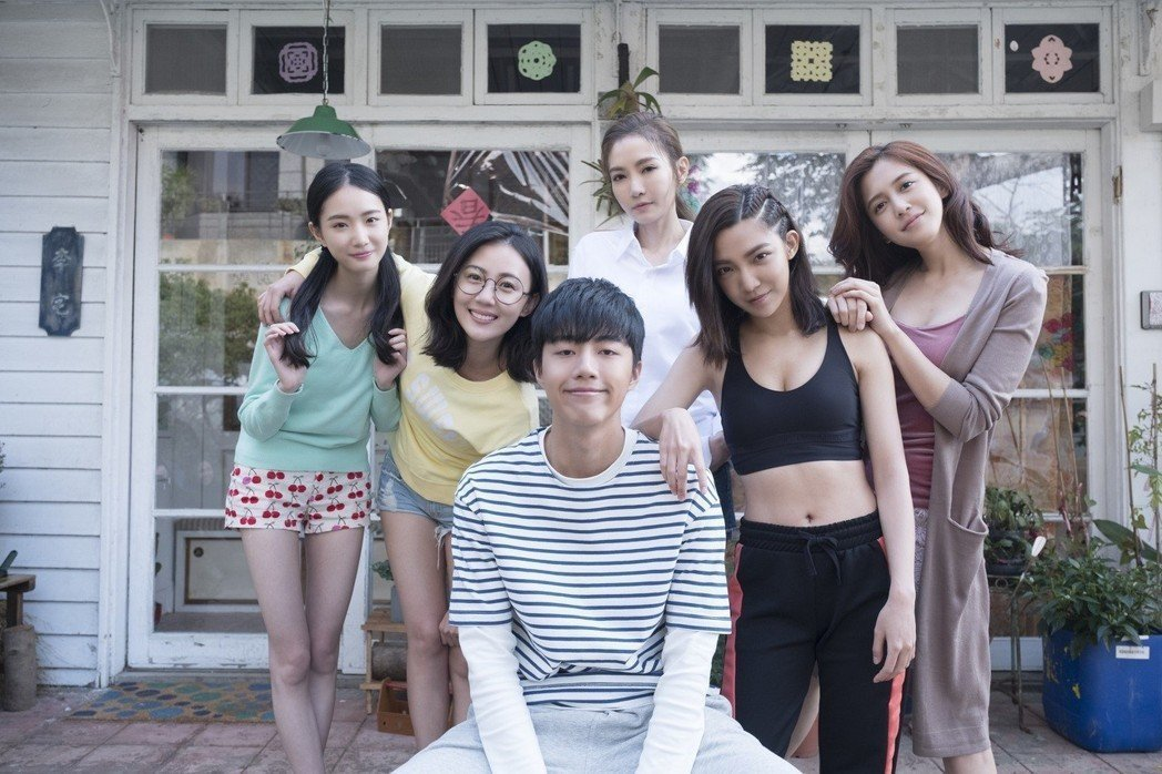 謝金燕(中後)和「五個姐姐」其他演員感情相當好。左起張垚、張墨錫、蔡凡熙、高雋雅