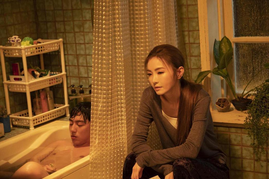 謝金燕(右)隔了27年重回大銀幕,卻傳出新片突遭延檔,左為男主角蔡凡熙。圖/群星...