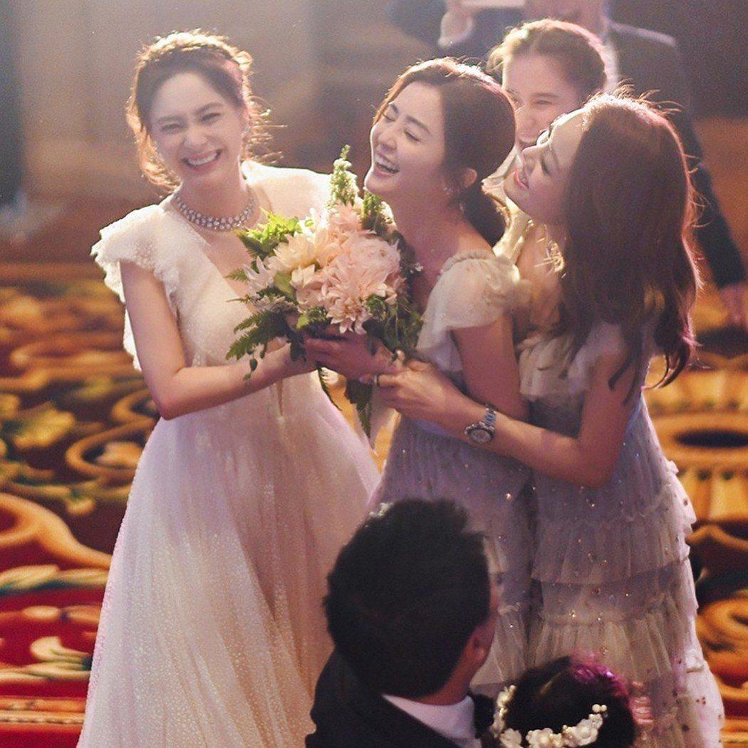 阿Sa(蔡卓妍)先前才從剛完婚的好友阿嬌(鍾欣潼)的手上接過捧花。圖/摘自IG
