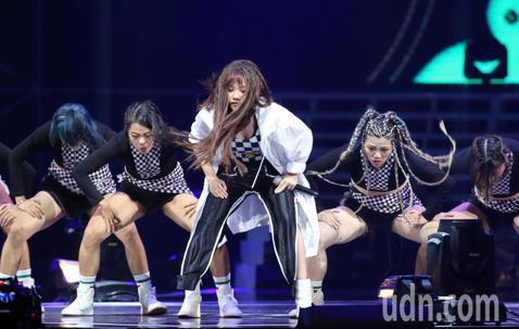 超硬電司趴晚間在台北小巨蛋熱鬧開場,張惠妹的外甥女安那與舞團MoveOn,以主打歌「Patty Crasher」嘻哈歌舞炒熱全場。