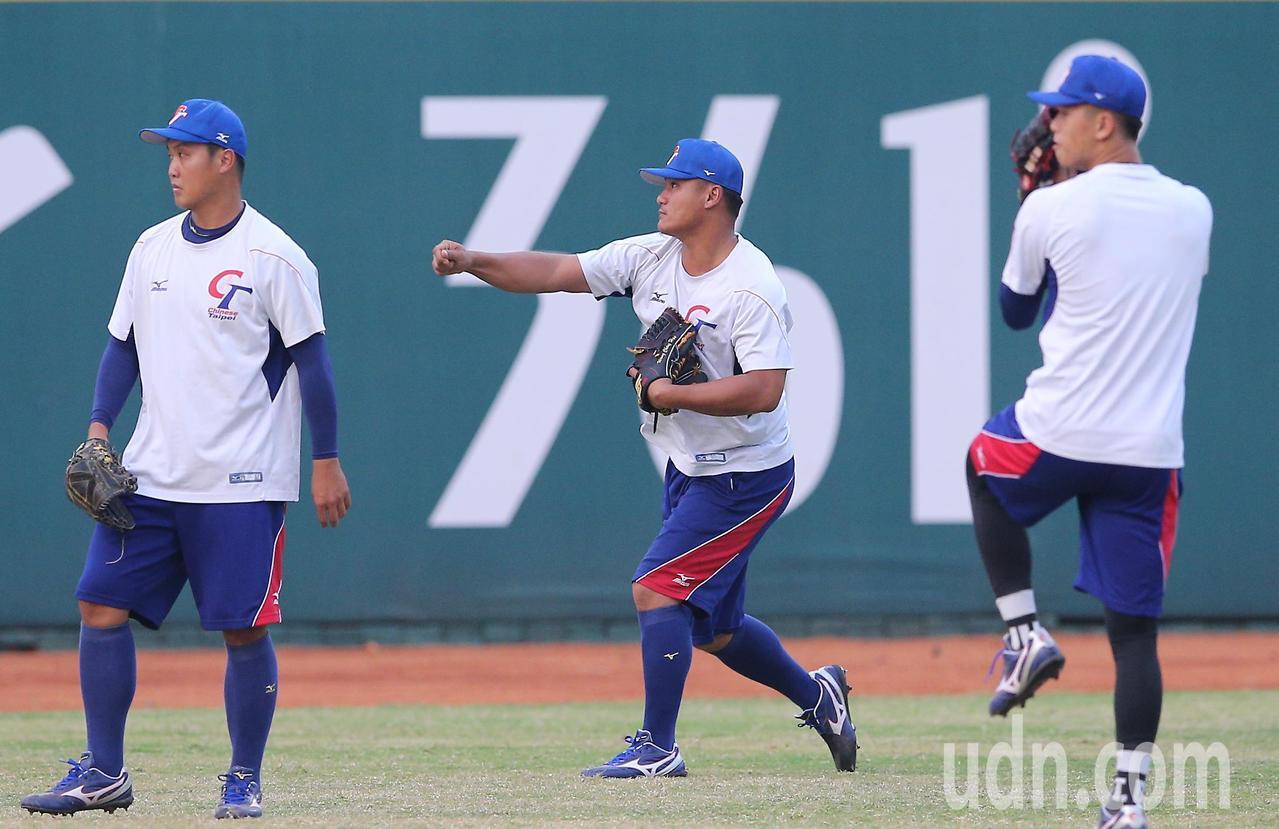 棒球兩岸大戰,中華隊預計派出左投先發,但也可能另出奇兵,大陸隊球風積極,就看誰能...