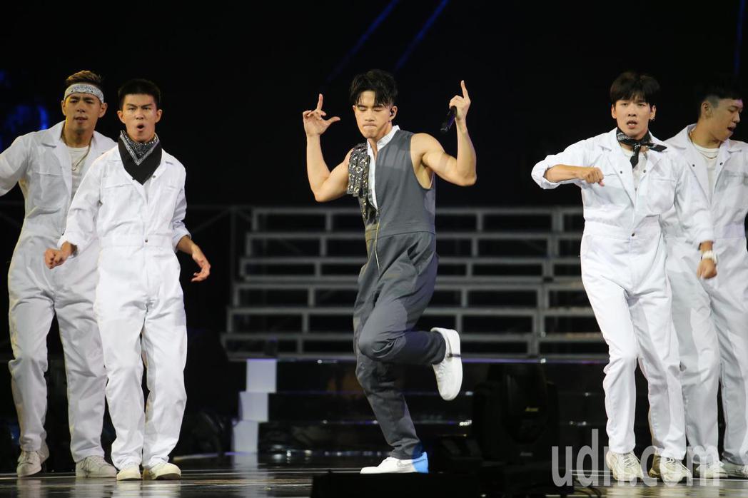 超硬電司趴晚間在台北小巨蛋熱鬧登場,JR紀言愷(中)與舞團以嘻哈歌舞表演。記者許...