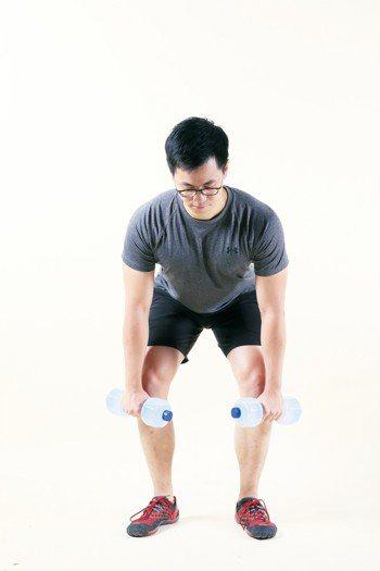 雙腳與肩同寬,腳尖向前或朝外30度,直視前方10公尺地面,抬頭挺胸,小腹微縮,雙...