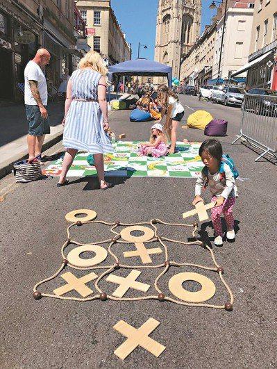 英國二○○七年起展開街道遊戲倡議運動,每月在超過六百條街道封街,把馬路讓給兒童玩...