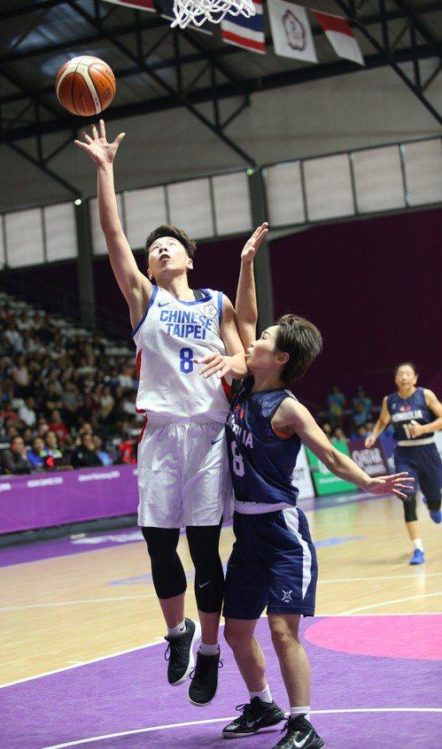 中華隊後衛黃英利(左)上籃。 中華奧會提供