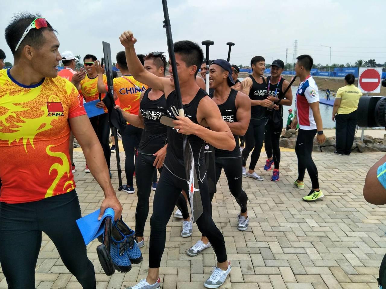 中華男子輕艇龍舟隊500公尺直道競賽擊敗大陸奪金。 中華奧會提供