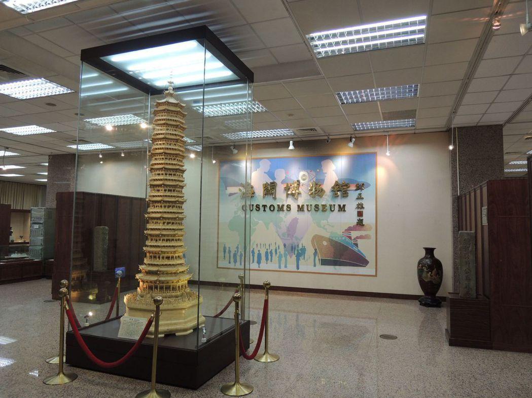 海關博物館的鎮館之寶「骨雕佛塔」。記者沈婉玉/攝影
