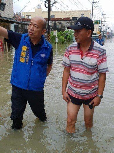 國民黨高雄市長參選人韓國瑜(左)到災區視察災情。 圖/國民黨高市黨部提供