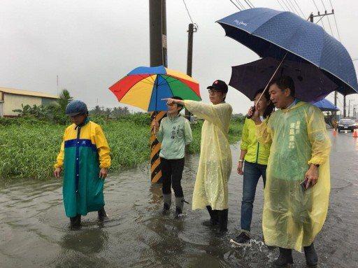 民進黨高雄市長參選人陳其邁(中)視察災情。 圖/陳其邁競選辦公室提供