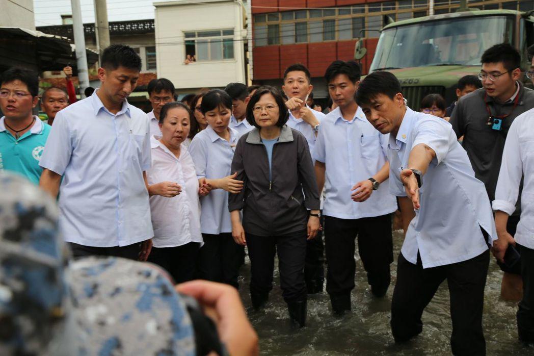 蔡英文總統(中間穿夾克)穿雨鞋涉水慰問災民。記者謝恩得/翻攝