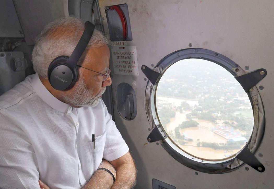 印度總理穆迪2015年乘坐直升機勘災,他從機上圓窗俯瞰災區的照片修很大,引發網路...