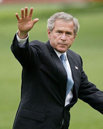 2005年卡崔娜颶風在佛羅里達登陸,美國總統小布希在千呼萬喚下才搭空軍一號勘災。...