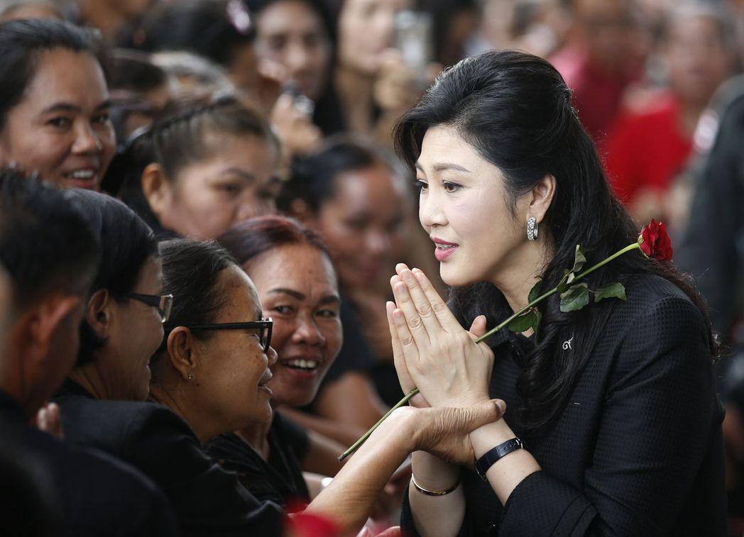 2011年10月,泰國總理盈拉穿英國名牌Burberry雨靴勘災,被批不知民間疾...