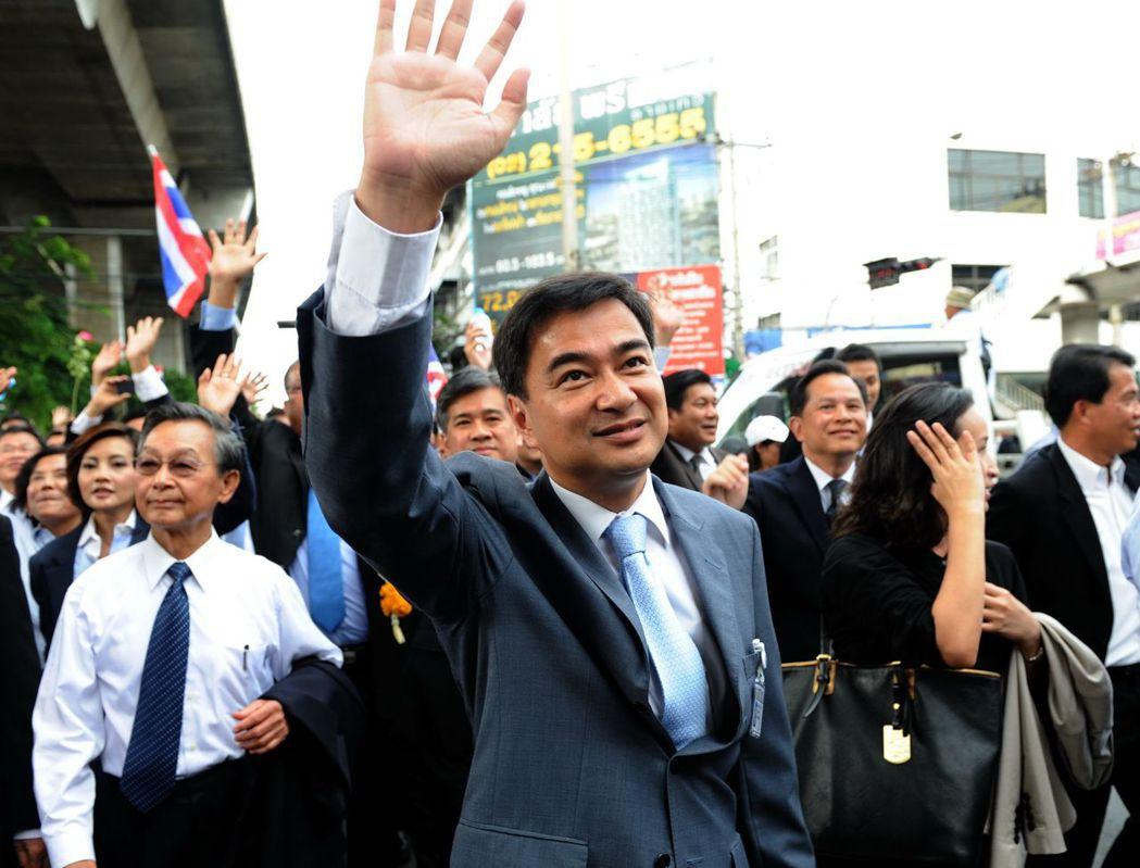 首長搭雲豹甲車勘災不是首例,泰國2010水災,總理阿披實也乘著裝甲車勘災。 (新...