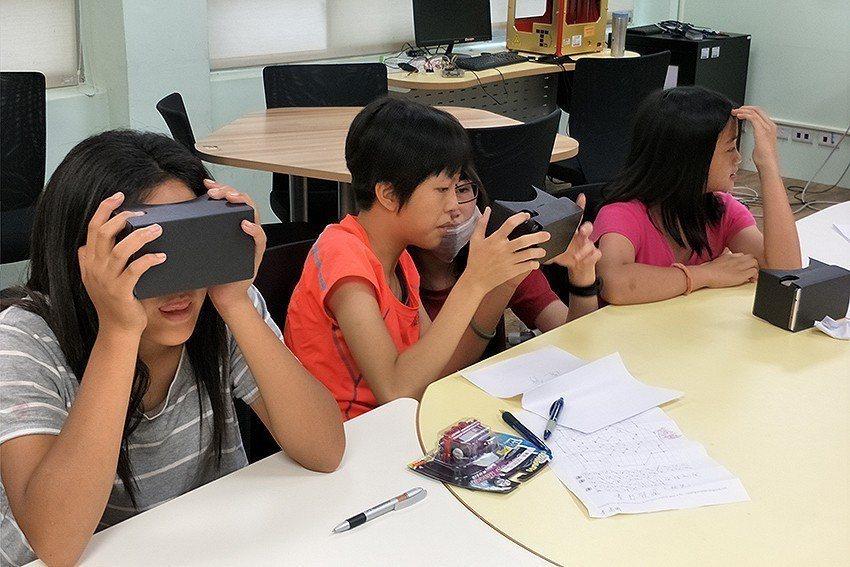 中原大學讓小朋友體驗虛擬實境(Virtual Reality, VR)的遊戲。 ...