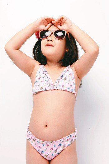 到沙灘玩水,許多人往往忽略眼部防曬,當心釀成角結膜炎。 報系資料照