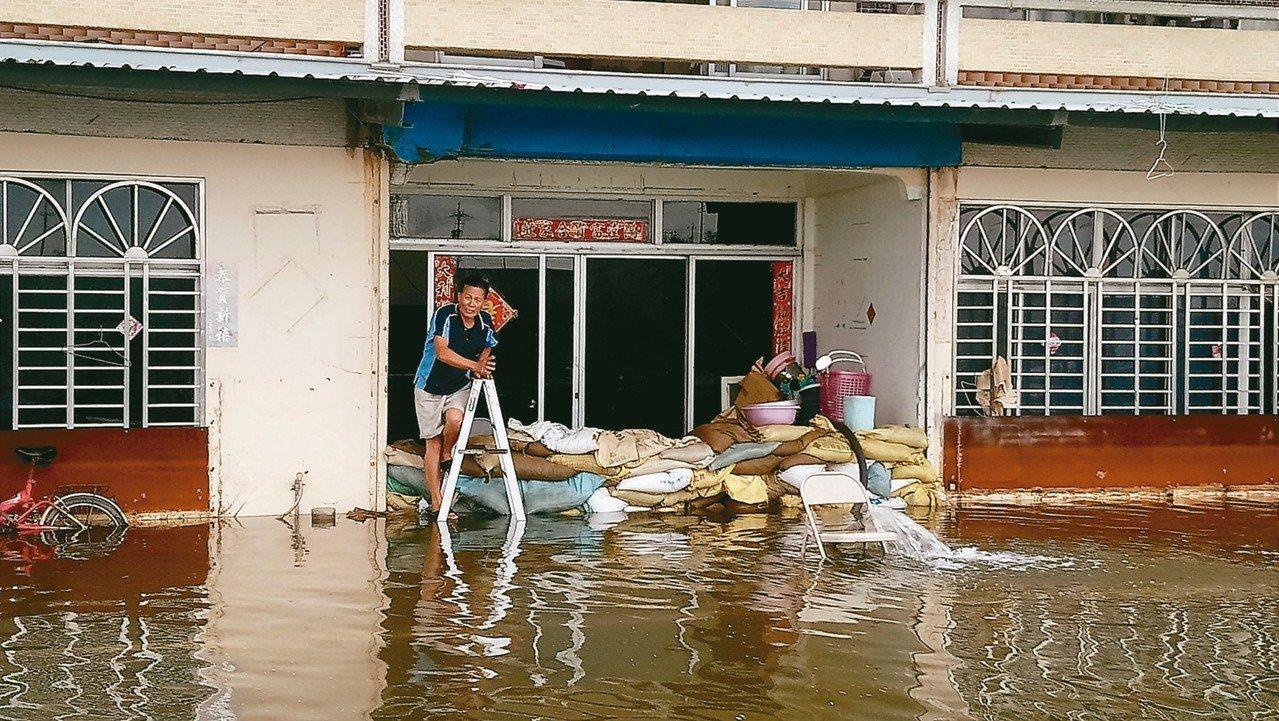 嘉義東石洲仔村今天積水仍未退。 記者卜敏正/攝影