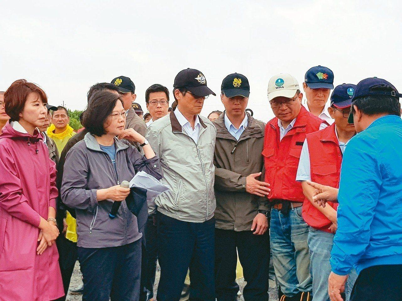 總統蔡英文上午前往台南市安南區曾文溪大排視察。 記者修瑞瑩/攝影